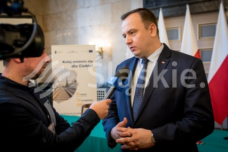 Podpisanie umowy na modernizacje linii kolejowych na terenie Gornoslaskiego Okregu Przemyslowego. N/z marszalek Jakub Chelstowski,
