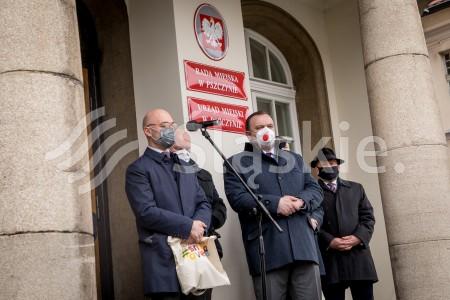 Konferencja prasowa nt. pilotazowego programu dot. poprawy jakosci powietrza w Pszczynie z udzialem ministera klimatu i srodowiska Michala Kurtyki i marszalka Jakuba Chelstowskiego.