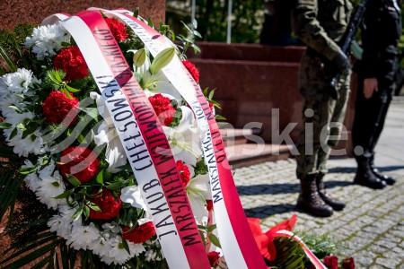 Zlozenie kwiatow pod pomnikiem marszalka Jzzefa Pilsudskiego w Katowicach z okazji rocznicy smierci.