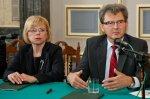 Podpisanie porozumienia miedzy Wojewodztwem Slaskim a WFOSiGW o dofinansowaniu projektow dotyczacych gospodarki sciekowej. N/z prezes WFOSIGW Gabriela Lenartowicz (L) i marszalek Boguslaw Smigielski (P).