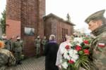 W przededniu Wszystkich Swietych wicemarszalek Michal Gramatyka zlozyl kwiaty i zapalil znicze na grobach osob zas